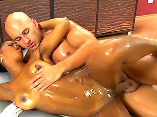 Ebony girl makes man happy with her perfect Nuru massage